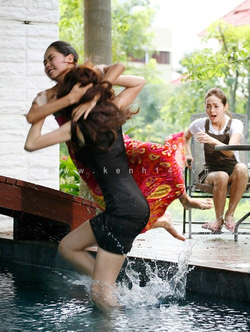 of course Kieu Nhi (Tuong Vy) & Bao Yen (Thuy Tien) will take it to the pool (NNHP's official battleground)