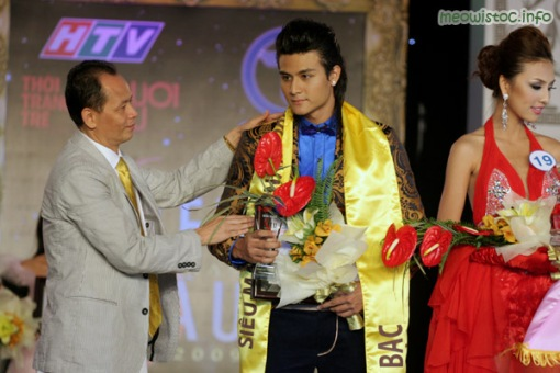 Vinh Thuy (middle) & Thanh Tuyen (right) recieving Silver prizes in the VN Supermodel contest.